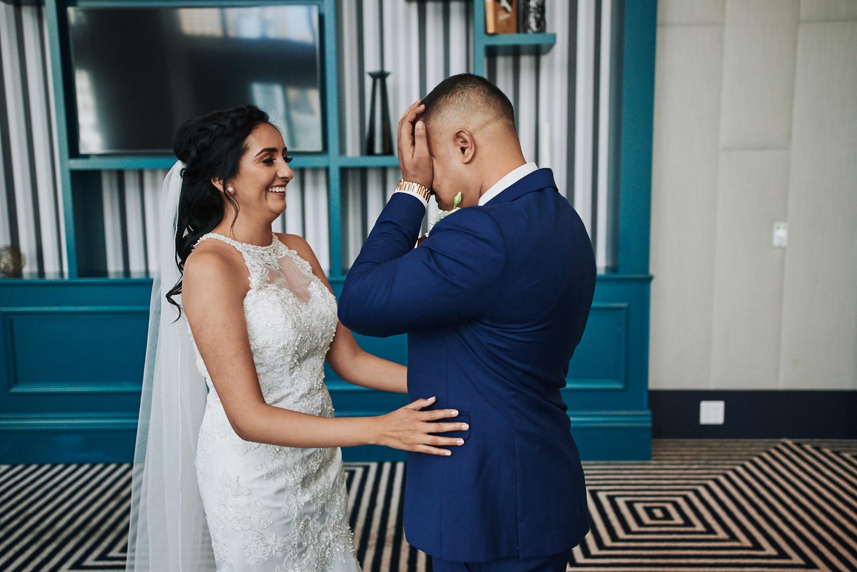 Wedding first look Hotel Indigo